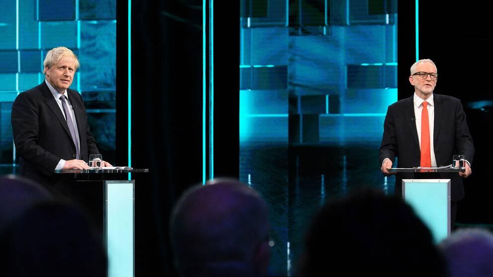 Torries partiledare tillika Storbritanniens premiärminister Boris Johnson till vänster och Labours partiledare Jeremy Corbyn till höger vid en tv-sänd debatt förra veckan.