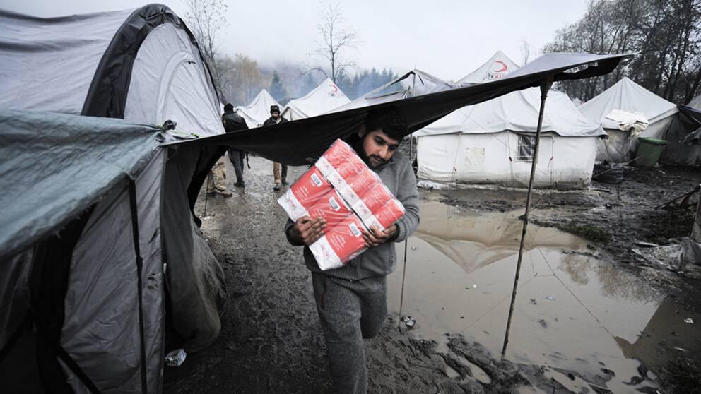 I norra Bosnien uppehåller sig tusentals migranter och flyktingar som försöker ta sig in i EU via Kroatien.