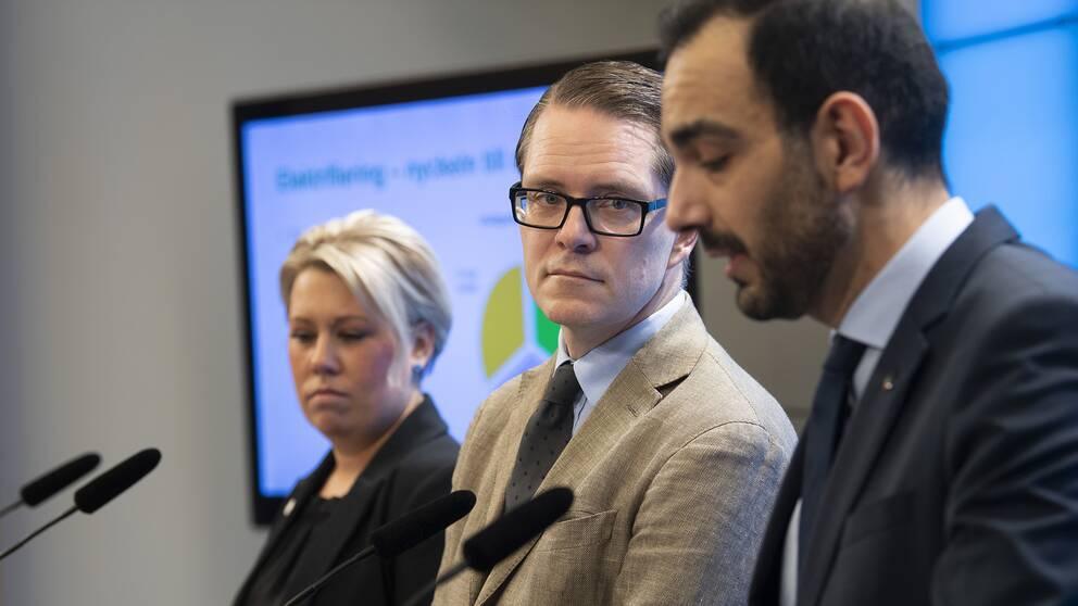 Energipolitiska talespersonerna Camilla Brodin (KD), Lars Hjälmered (M) och Arman Teimouri (L) kräver en ny energiöverenskommelse mellan riksdagspartierna under en pressträff på riksdagen.