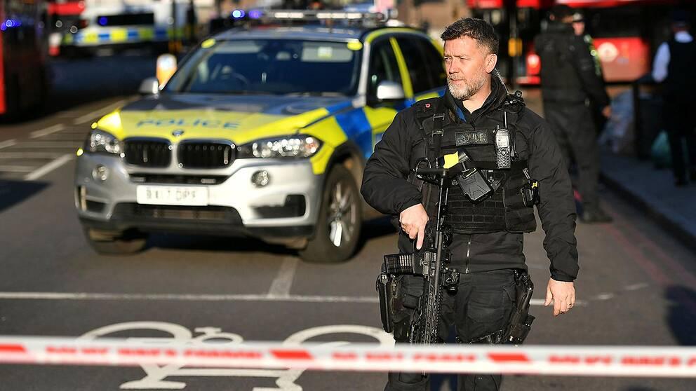 Poliser vid avspärrningar nära London Bridge
