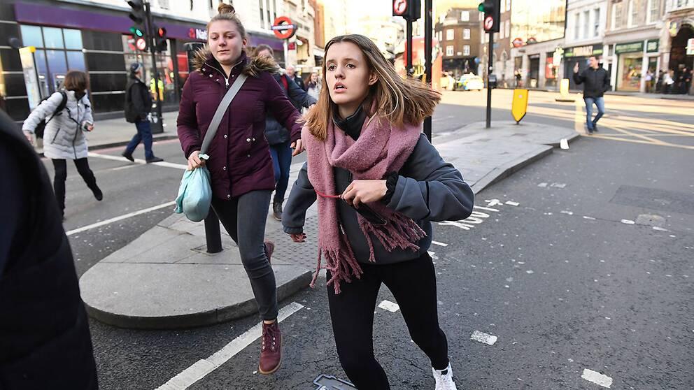 Människor flyr från London Bridge-området efter uppgifterna om skottlossning