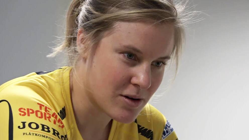 Hanna Falk rehabtränar efter sin ryggoperation.