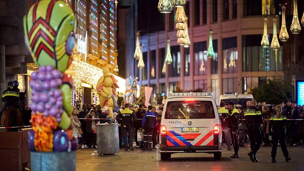 Polisavspärrningar på en shoppinggata i Haag