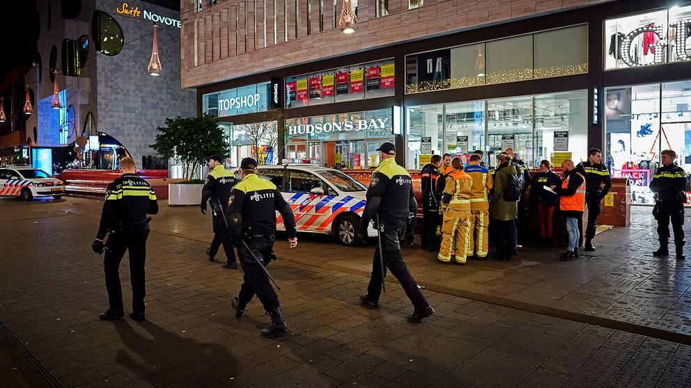 Räddningspersonal på gatan i Haag där knivattacken inträffade.