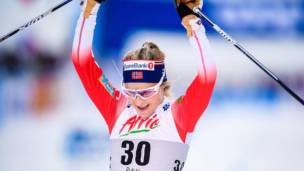 En nöjd Therese Johaug går i mål.