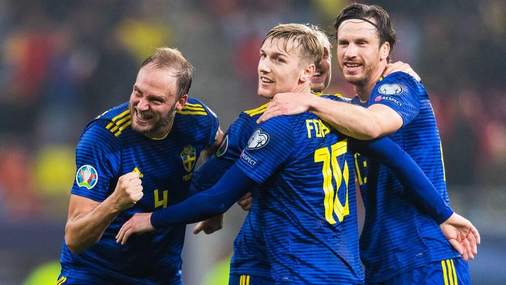Andreas Granqvist, Emil Forsberg och Gustav Svensson jublar i EM-kvalet mot Rumänien.