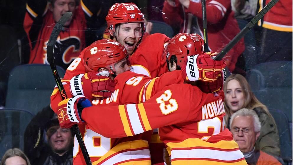 Elias Lindholm (i mitten) gjorde två mål för Calgary Flames i natt.