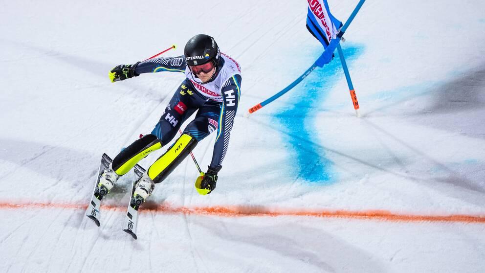 Anna Swenn-Larsson är långt efter det första slalomåket.