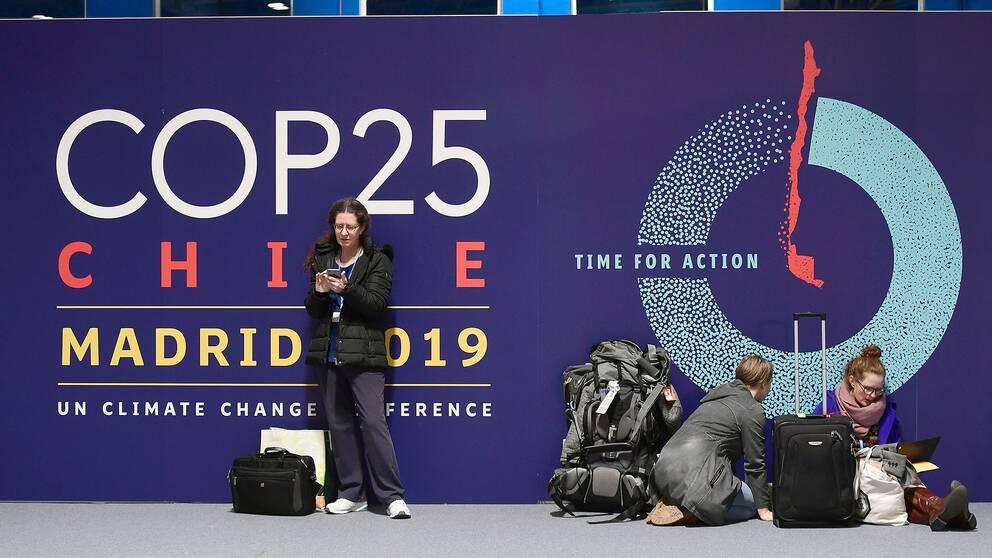 Människor som väntar på att klimattoppmötet i Madrid ska börja.