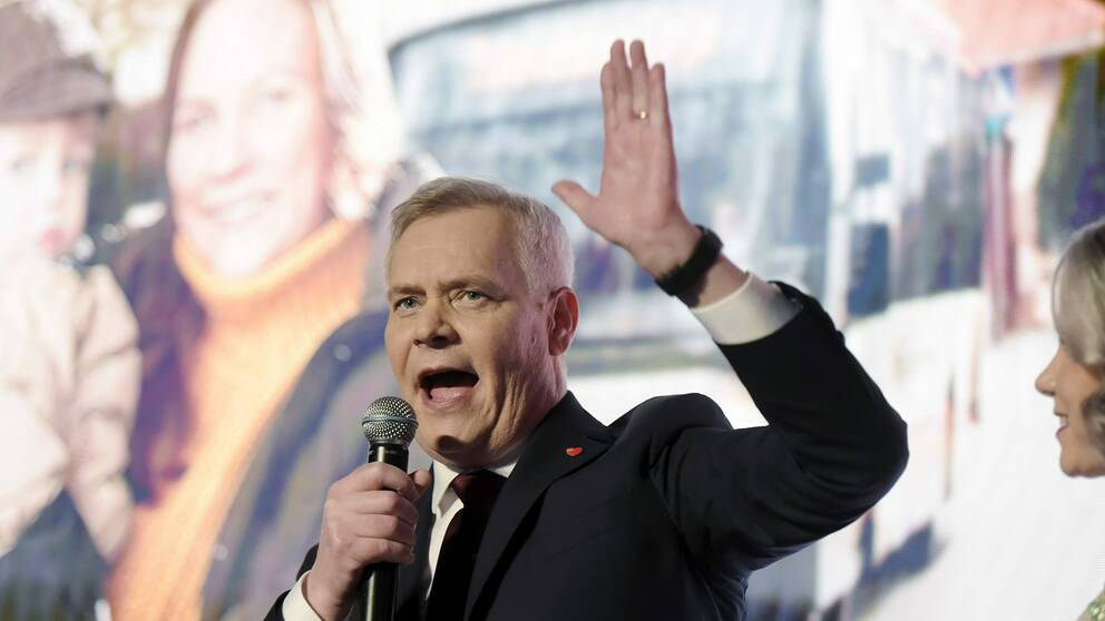 De Grönas ledare Maria Ohisalo uppger för Yle att partiet ännu inte tagit ställning i frågan. Svenska Folkpartiet stödjer fortsatt Rinne. På bilden, som är tagen vid riksdagsvalet i april, syns Antti Rinne.