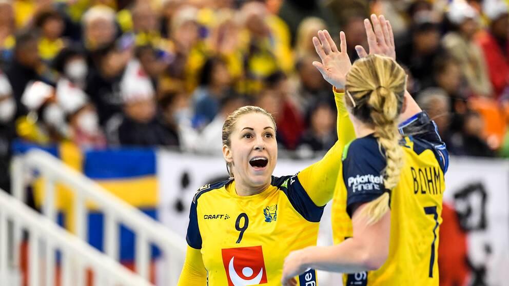 Melissa Petrén och Linn Blohm jublar under matchen mot Japan.