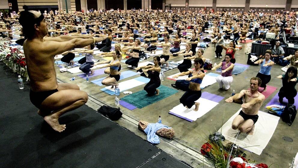 Bilden visar Bikram Choudhury som undervisar en grupp i sitt yogacenter i Los Angeles 2003. Efter anklagelser om sexuella övergrepp har han lämnat USA men fortsätter att undervisa i Mexiko.