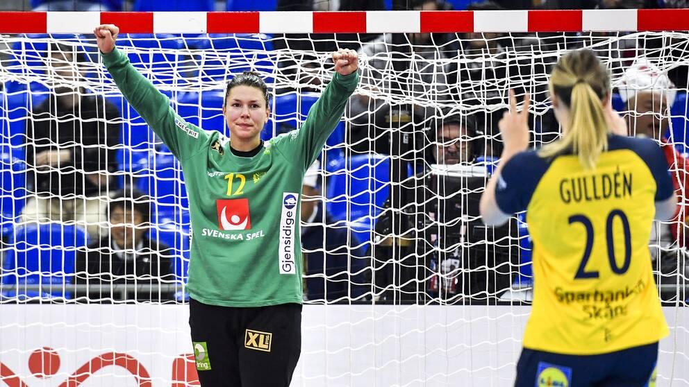 Målvakten Filippa Idéhn jublar efter ett av sina två mål (!) i matchen mot Japan.