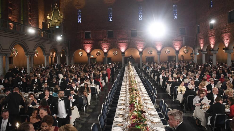 Honnörsbordet vid Nobelbanketten 2018 innan hedersgästerna kommit på plats.