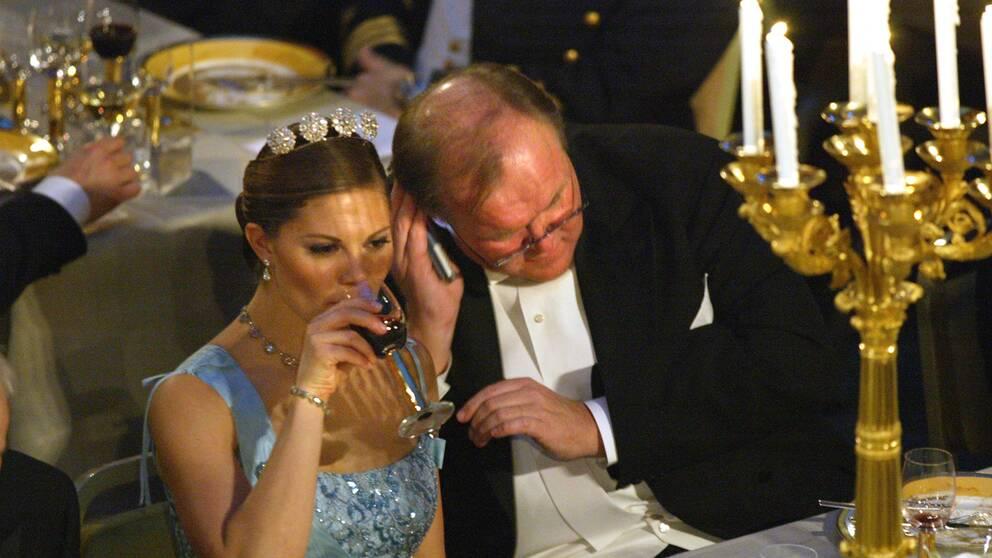 Statsminister Göran Persson pratar i sin mobiltelefon under nobelbanketten.
