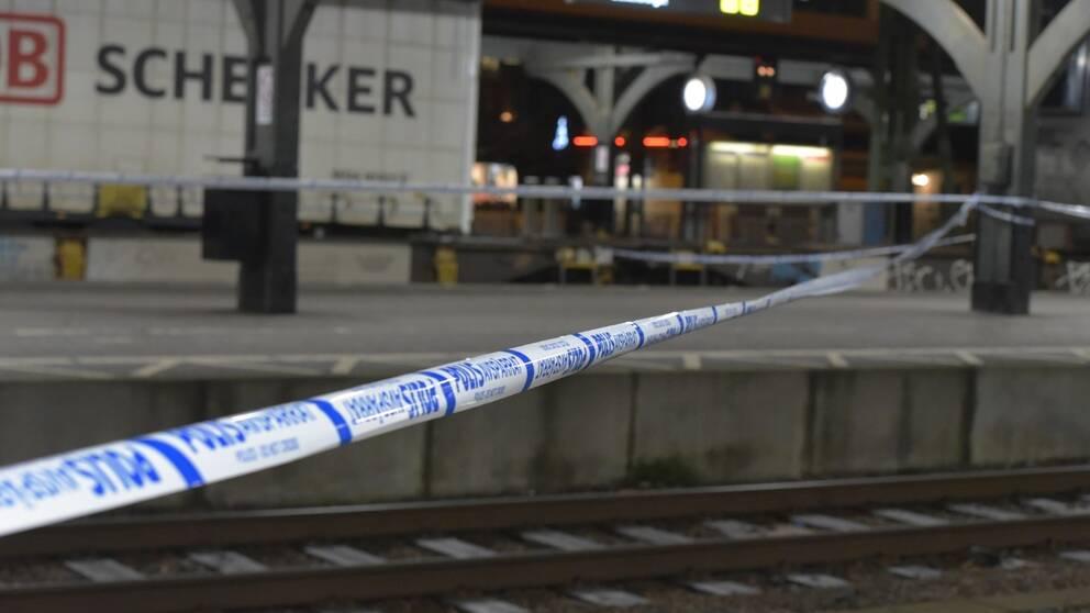 Tejp uppsatt av polisen vid avspärrning vid Lunds centralstation.