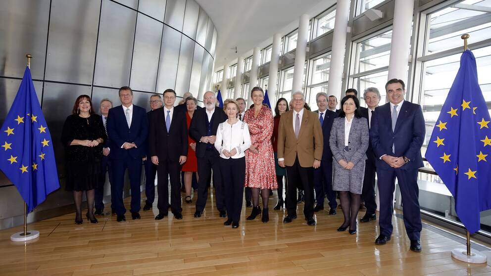 EU-kommissionen med Ursula von der Leyen i mitten.
