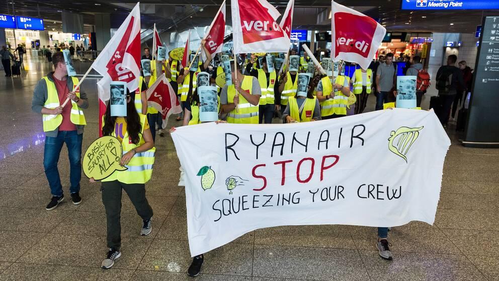 Ryanair-anställda som demontrerar mot bolaget på flygfältet i Frankfurt under en strejk i september 2018.