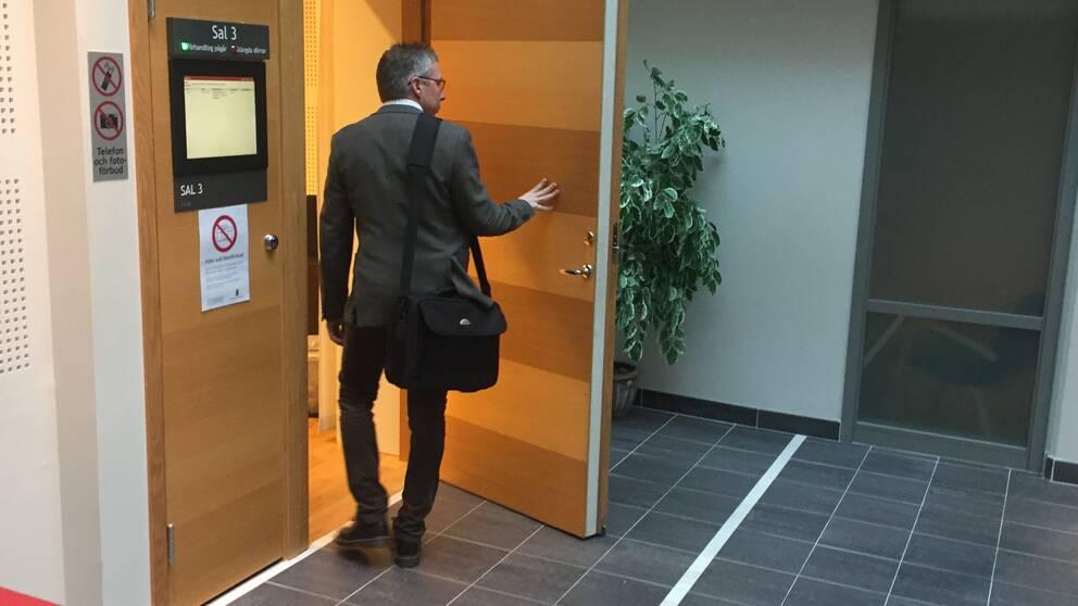 Kammaråklagare Jens Göransson på väg in till häktningsförhandlingen.