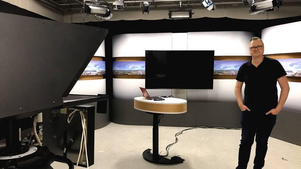 Tomas Skoglund, ansvarig utgivare på SVT Värmland, i studion med den nya dekoren.