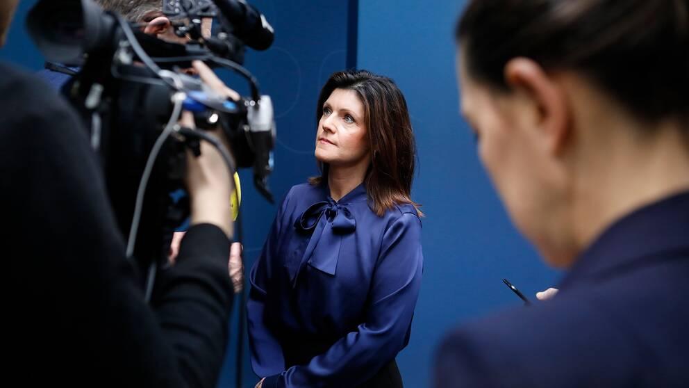 Arbetsmarknadsminister Eva Nordmark (S) intervjuas framför en kamera.