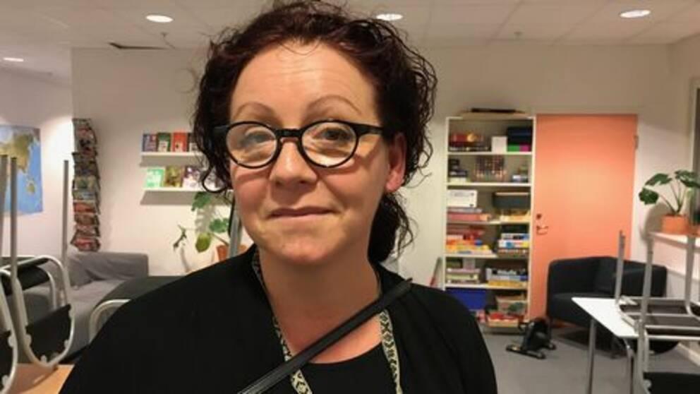 Rektorn Susanne står i uppehållsrummet på resursskolan Aspdammskolan i Hammarby Sjöstad.