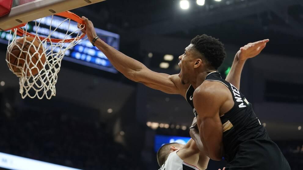 Milwaukee Bucks Giannis Antetokounmpo dunkar öer Los Angeles Clippers Ivica Zubac.