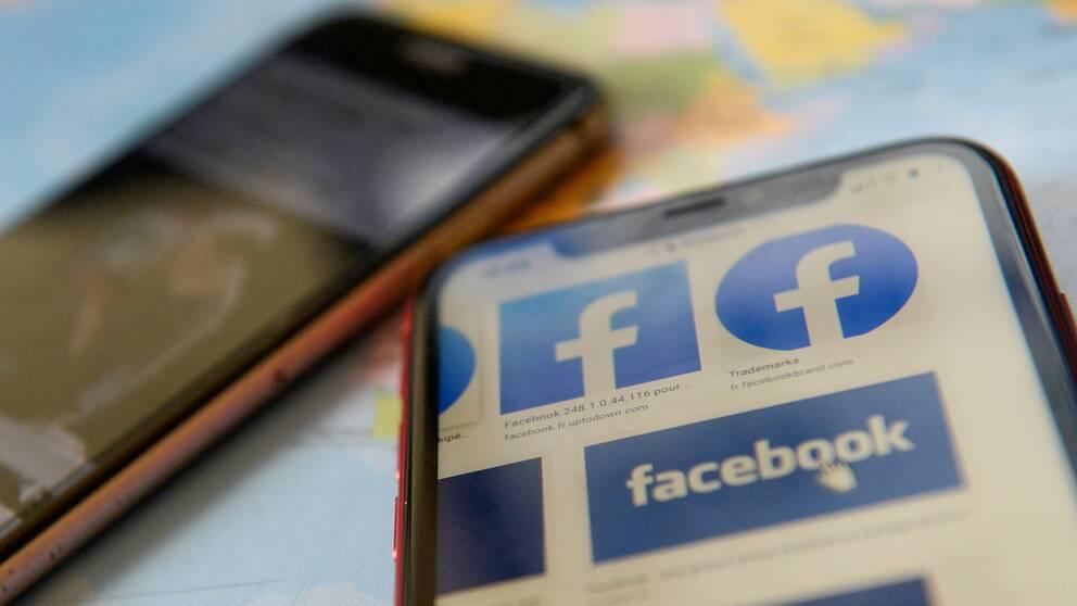 En telefon som visar sökning på Facebooks logga.