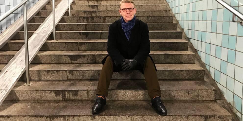 Politiker sitter på trappan på väg ner till tunnelbanan i Gamla stan