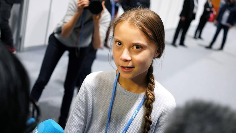Klimataktivisten Greta Thunberg intervjuas av journalister.