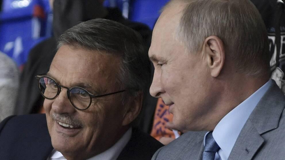 Rene Fasel (till vänster) är tveksam till att flytta ishockey-VM från Ryssland.