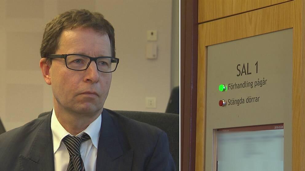 Man i kostym och glasögon bredvid bild från dörren till en rättegångssal.