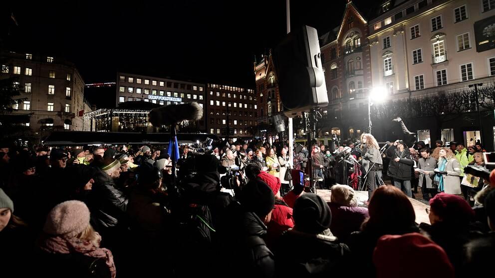 Hundratals slöt upp på Norrmalmstorg i centrala Stockholm för att protestera mot Peter Handke