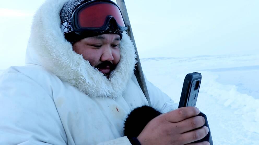 Puasi Ippak från Sanikiluaq i den arktiska delen av Kanada testar den nya appen. Via den kan inuiterna samla och dela kunskap om isförhållanden.