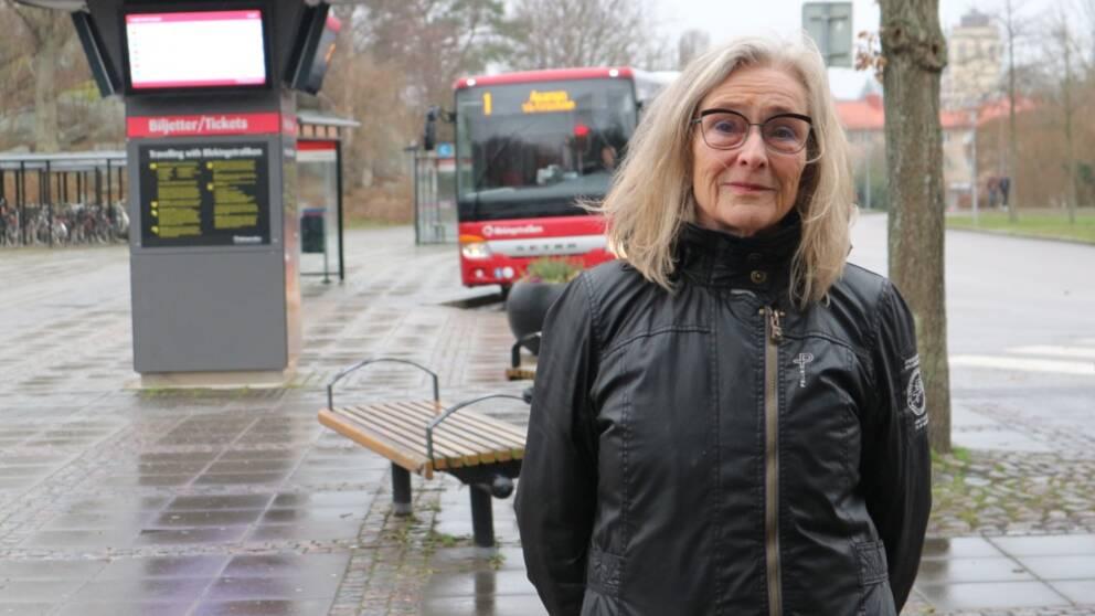 kvinna vid buss