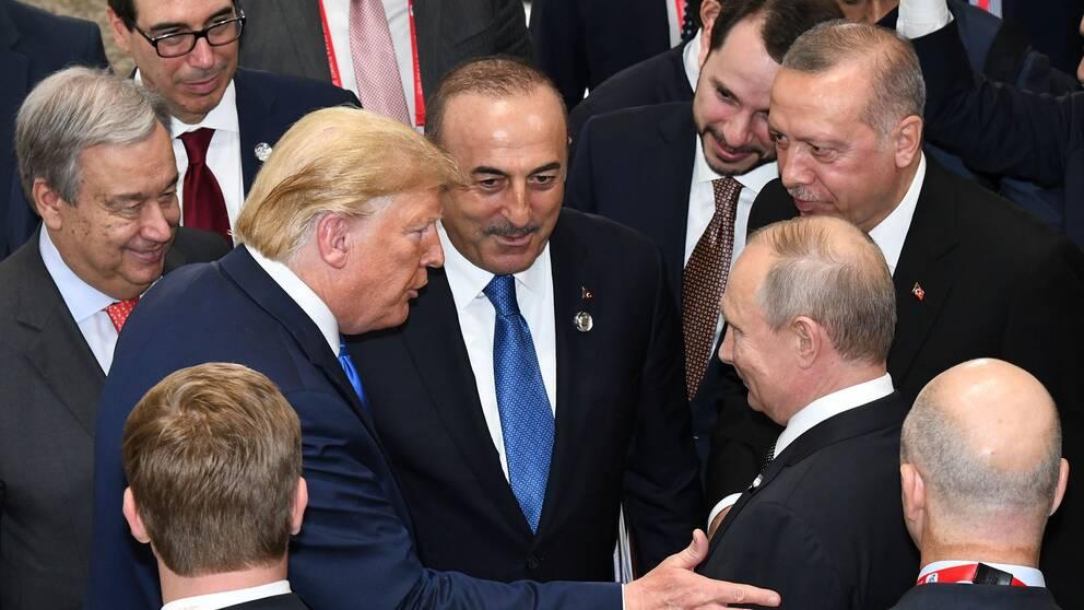 USA:s president Donald Trump och Rysslands president Vladimir Putin när de möttes på G-20 mötet i Japan den 29 Juni 2019.