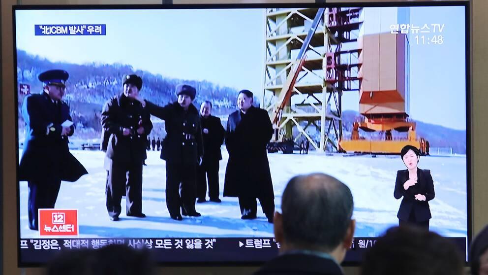 Sydkoreaner tittar på tv när Nordkoreas diktator Kim Jong Un besöker en testanläggning 9 december 2019.