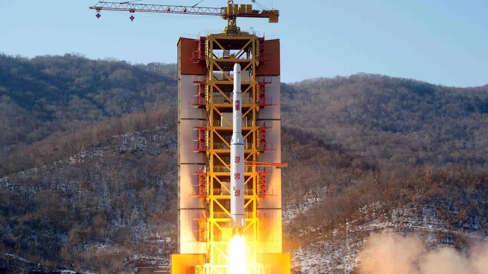 Nordkorea skjuter upp en satellit från avfyringsrampen i Sohae i Tongchang-ri 2016