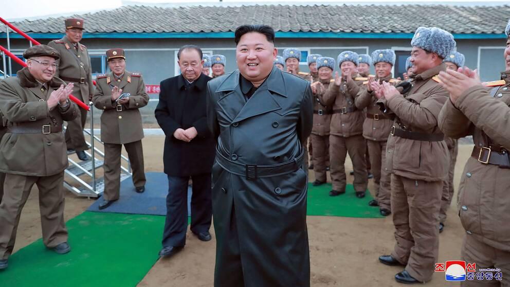 Nordkoreas ledare Kim Jong-Un besöker en militärbas.