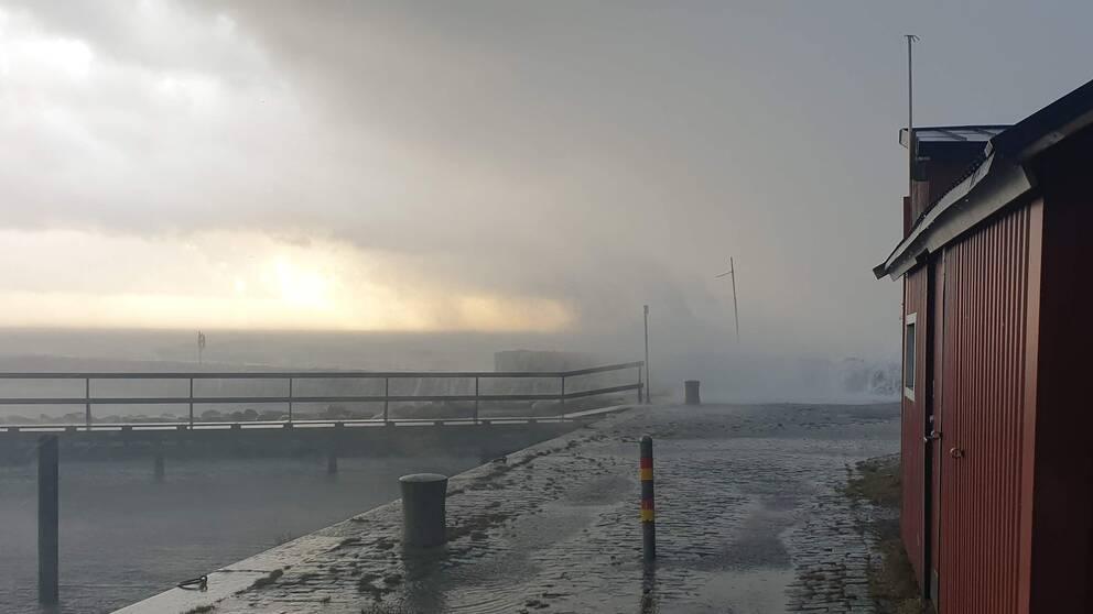 Ovädret drar in över Gislövs hamn, söndag vid 16.