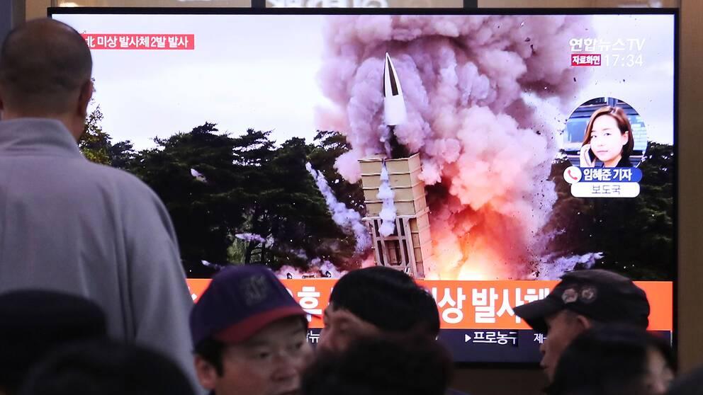 Sydkoreaner följer Nordkorea robottester på tv.