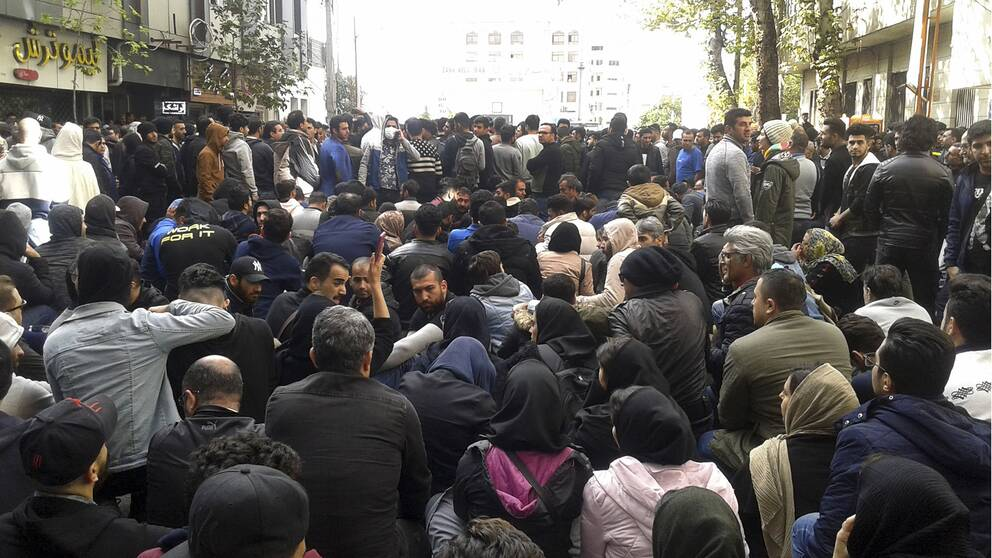 Människorättsorganisationen Amnesty International rapporterar om tusentals gripna och över 300 döda efter protesterna i Iran i november 2019.