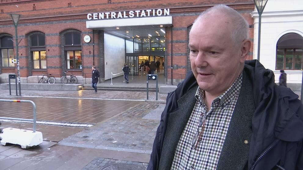 Man framför Malmö centralstation