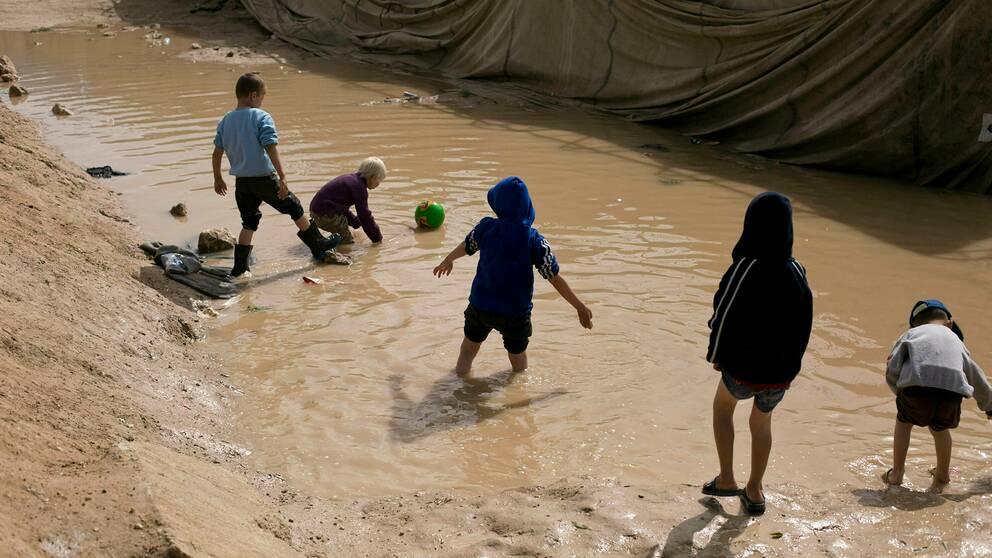 Barn i al-Hollägret i nordöstra Syrien leker i lera.