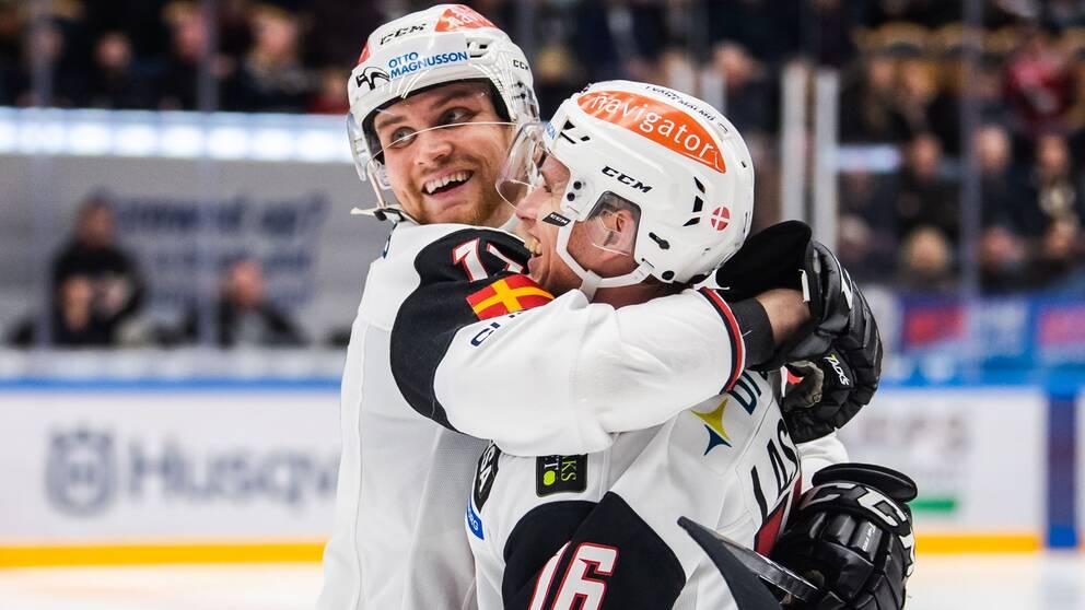 Malmö Redhawks Max Görtz och Matias Lassen jublar efter 0-1 under ishockeymatchen i SHL mellan HV71 och Malmö Redhawks den 17 december 2019 i Jönköping.