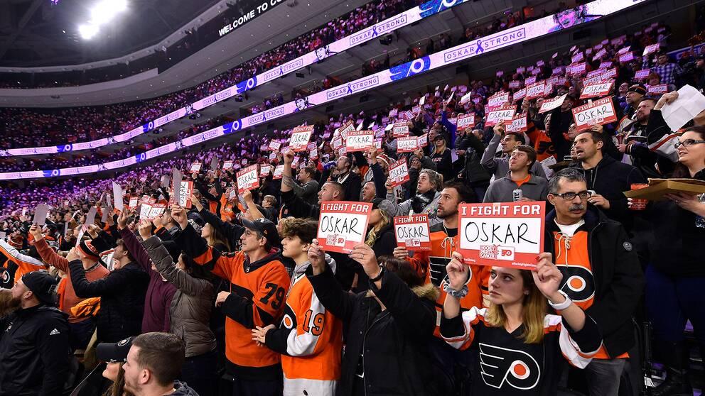 Hela arenan höll upp lappar till stöd för cancerdrabbade Oskar Lindblom