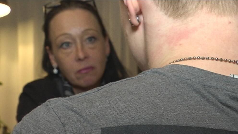 Bild på SVT-reporter samt intervjupersonens axel syns i förgrunden.