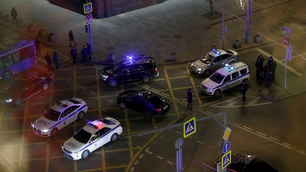 Polisbilar på gata.