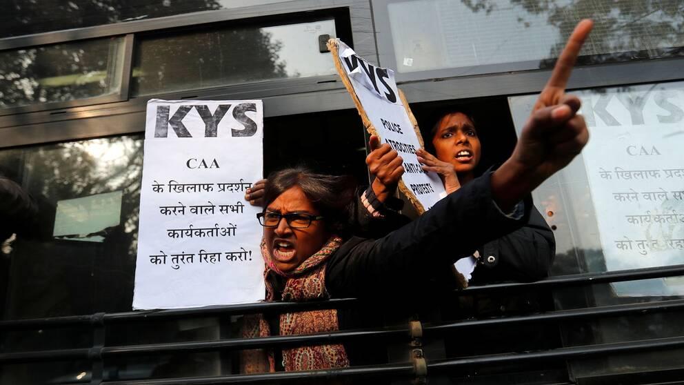 Demonstranter ropar slagord i en polisbuss efter att de gripits i New Delhi när de protesterade mot den nya medborgarskapslagen.
