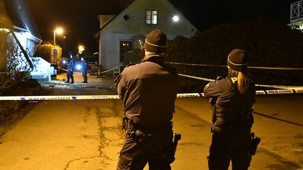 Två poliser framför avspärrning vid skadade hus i Ramlösa